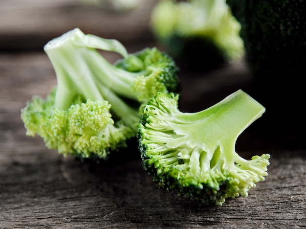 Brocoli vert frais sur bois