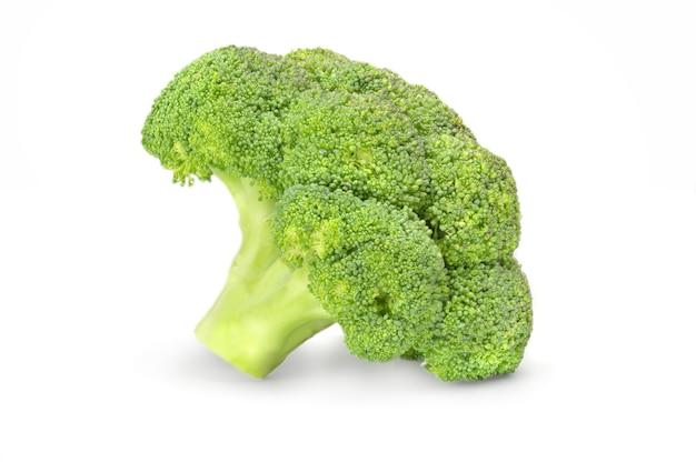 Brocoli vert frais isolé sur la découpe de surface blanche.