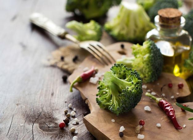 Brocoli vert frais et légumes sur table en bois