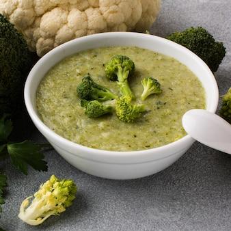 Brocolis à angle élevé, légumes chou-fleur et bisque