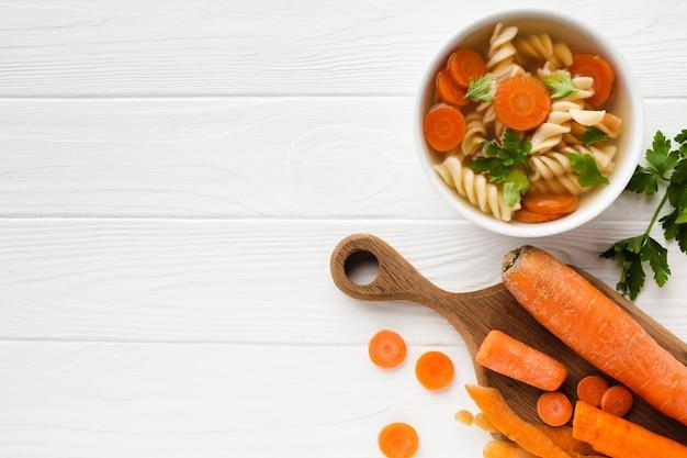 Brocolis et carottes fusilli à plat dans un bol avec espace pour copie