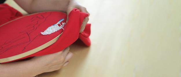 Broder la couture à la main de la femme artisanat et mains féminines artisanat à l'aiguille de fil coudre