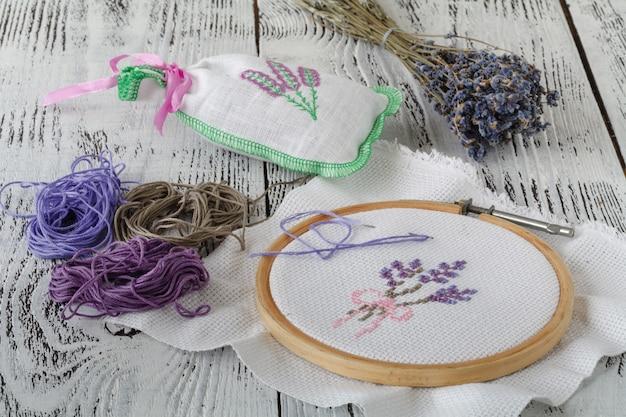 Broderie à la main sur tissu, motif lavande