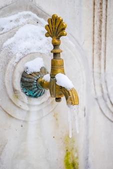 Bronze vieux robinet dans un beau palais de dolmabahce