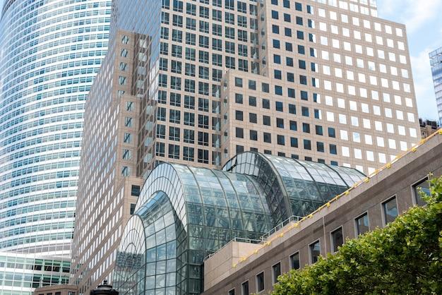 Brookfield place est un complexe d'immeubles de bureaux situé en face de west street du world trade center à manhattan.