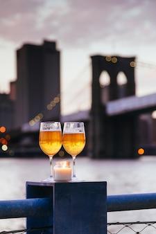 Brooklyn bridge bougie verres de champagne à new york