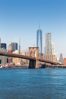 Brooklyn bridge et les toits de manhattan new york