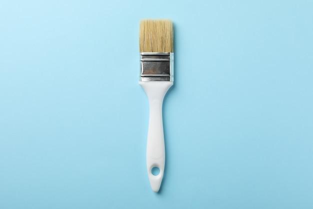 Brosse blanche sur la surface bleue