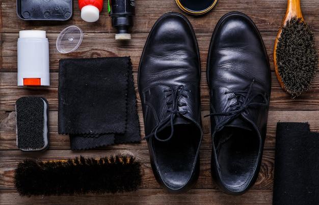 Brosse et botte de cire à chaussures
