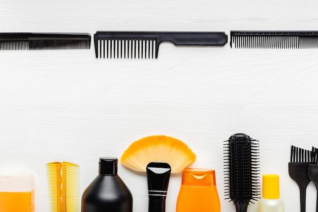 Brosse à cheveux, peigne, ciseaux, shampoing. outils de coiffeur, équipement de salon de coiffure pour une coiffure professionnelle dans un salon de beauté, service de coupe de cheveux.