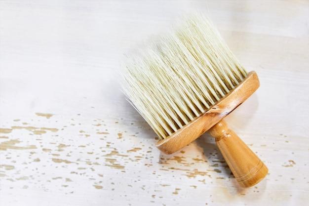 Brosse de coiffeur sur une table en bois blanc