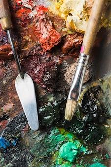 Brosse et couteau à palette sur les traces de peinture