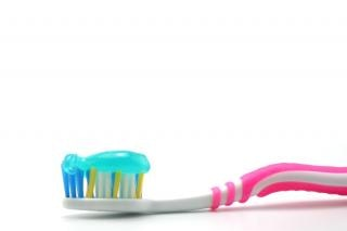 Brosse dentaire et coller