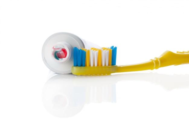Brosse dentaire et tube à coller isolé on white