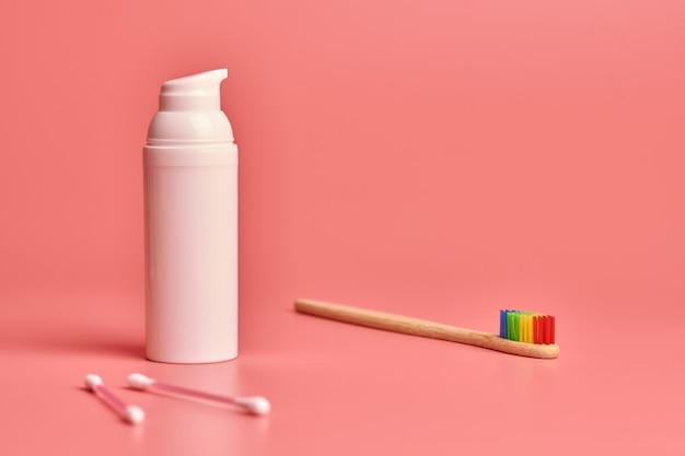 Brosse à dents en bambou écologique, crème pour le visage et bâtons de coton. outils de soins personnels pour la protection de la cavité buccale, du visage et des oreilles