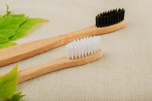 Brosse à dents en bambou écologique. fond pastel. zéro déchet, vie sans plastique.