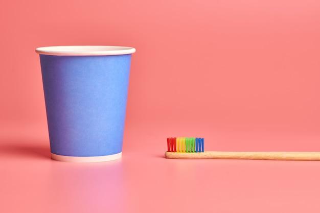 Brosse à dents en bambou écologique et gobelet en papier