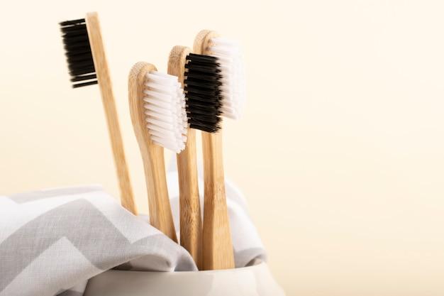 Brosse à dents en bambou écologique. zéro déchet, vie sans plastique.