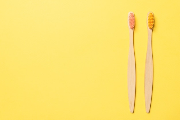 Brosse à dents en bambou sur fond bleu. vue de dessus.