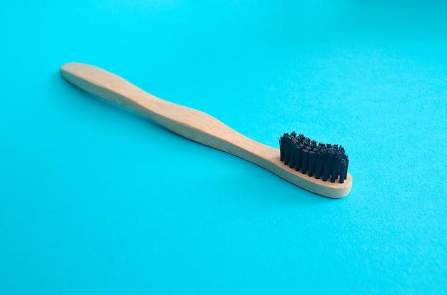 Brosse à dents en bambou sur fond bleu