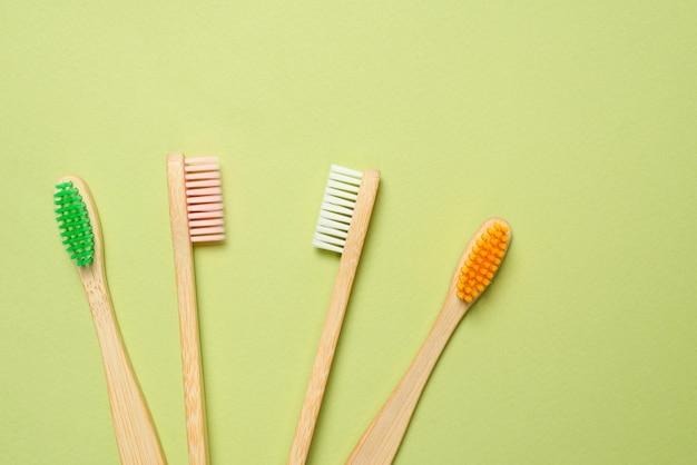 Brosse à dents en bambou sur fond vert. vue de dessus.
