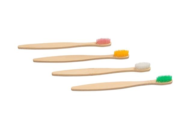 Brosse à dents en bambou isolé sur fond blanc. vue de dessus.
