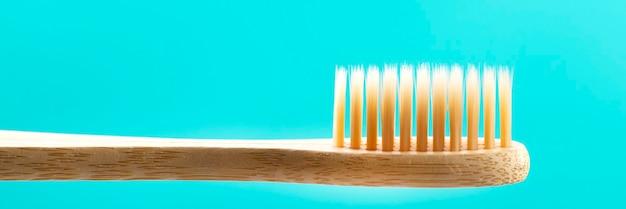 Brosse à dents en bambou naturel écologique sur surface bleue