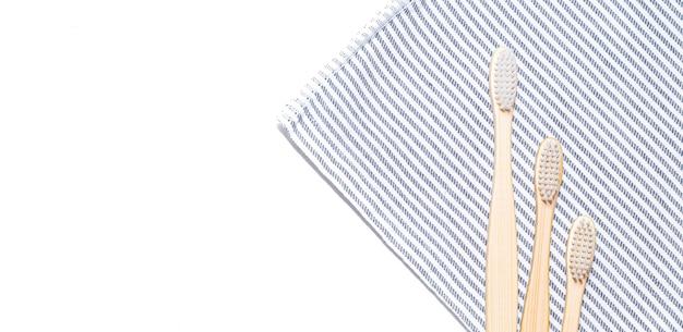 Brosse à dents en bambou sur une serviette.
