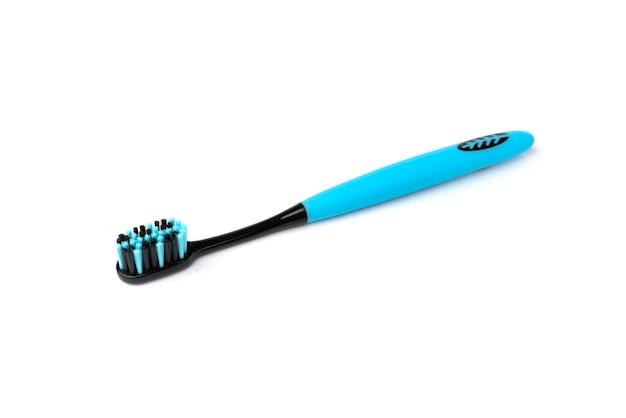 Brosse à dents bleue à poils noirs isolés.