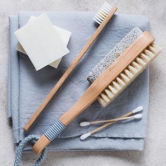 Brosse à dents et brosse à cheveux naturels
