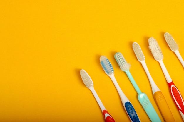Brosse à dents colorée disposée sur fond jaune