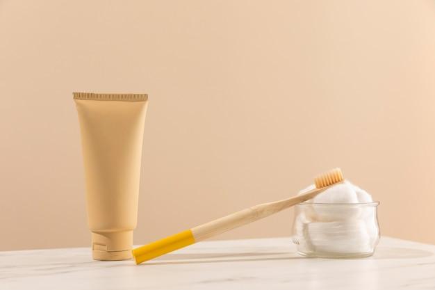Brosse à dents et contenant de crème