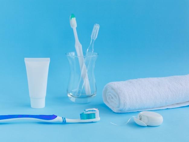 Brosse à dents avec dentifrice à côté du fil dentaire
