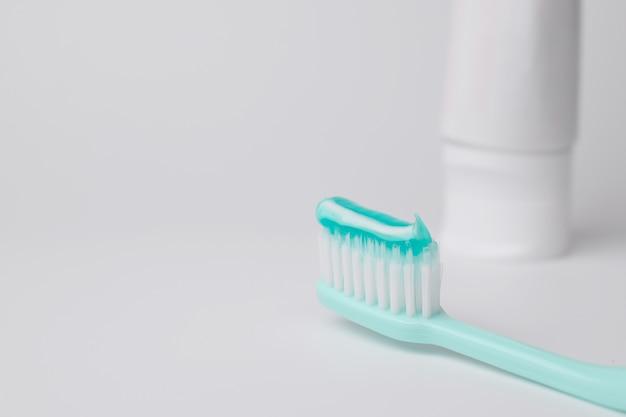 Brosse à dents et dentifrice sur fond blanc