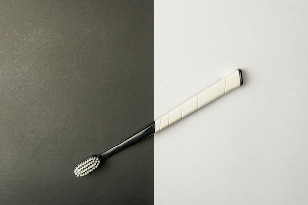 Brosse à dents noir et blanc sur un monochrome.