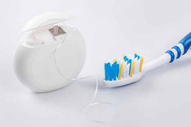 Brosse à dents et soie dentaire