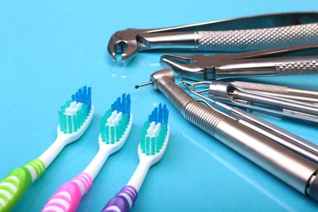 Brosse à dents de soins dentaires avec des outils de dentiste sur fond de miroir.