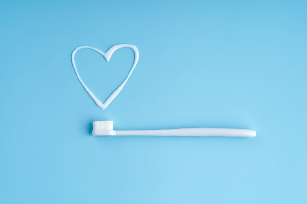 Brosse à dents tendance aux poils souples. brosses à dents populaires. tendances d'hygiène. vue de dessus avec du dentifrice.