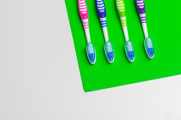 Brosse à dents sur vert, concept de soins dentaires
