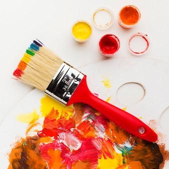 Brosse avec un design de peinture arc-en-ciel
