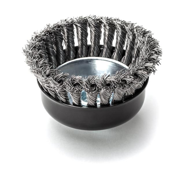 Brosse métallique pour nettoyer le métal. isolé sur fond blanc