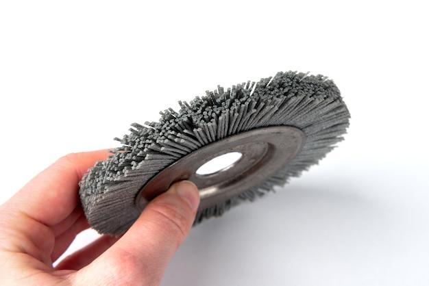 Brosse en nylon sur la meuleuse pour brosser le bois isolé.