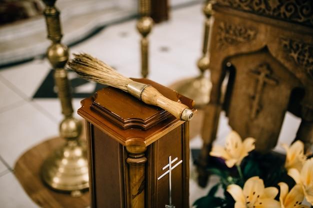 Brosse pour l'eau bénite à l'église