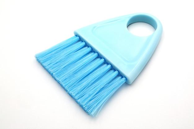 Brosse à récurer bleue en plastique.