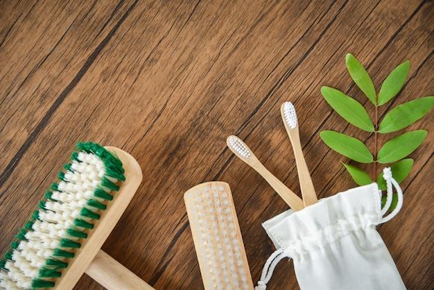 Brosse à sol, brosse à dents en bambou et sac en toile de coton eco