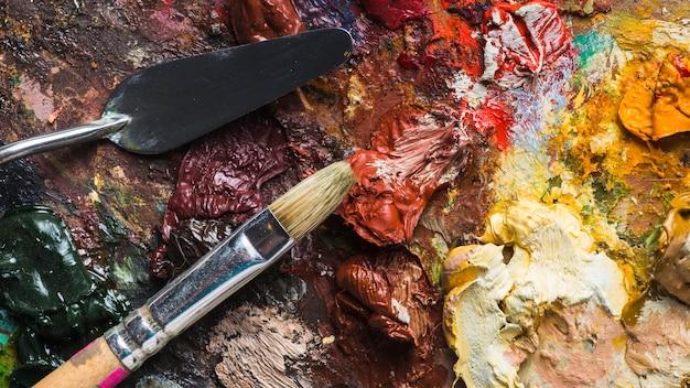 Brosse et spatule sur la palette