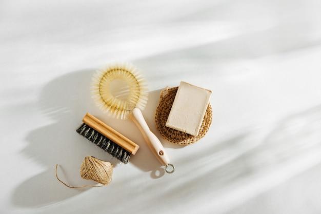Brosse à vaisselle naturelle et outils de nettoyage avec du savon. concept zéro déchet. sans plastique. mise à plat, vue de dessus