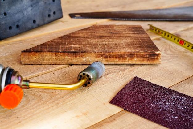 Brosser le brûleur à gaz en bois pour donner des outils de cuisson à la texture du bois
