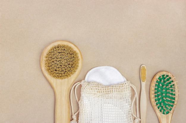 Les brosses en bois et les tampons de coton se trouvent sur fond marron