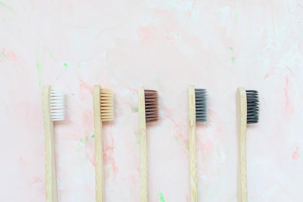 Brosses à dents en bambou en bois naturel sans plastique et concept zéro déchet